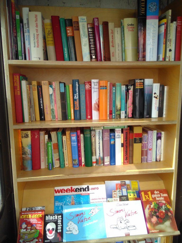 Bücherzelle mit Büchern Minimalismus Traun